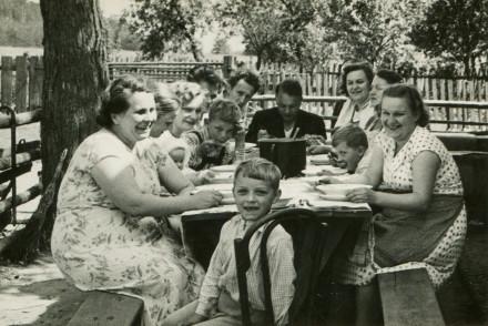vintage-family-dinner